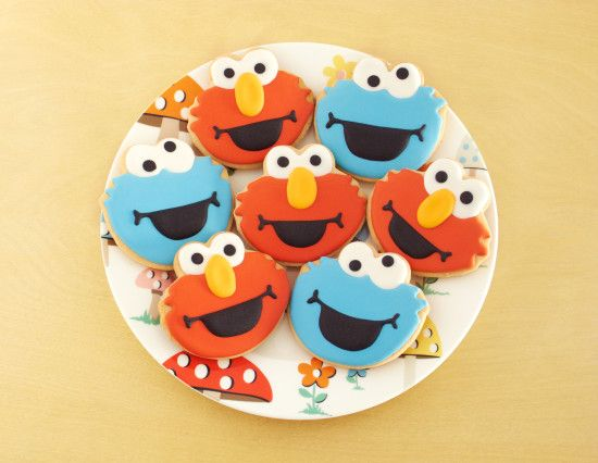 Sesame Street Cookies http://ifeelcook.es/galletas-de-elmo-y-triqui/