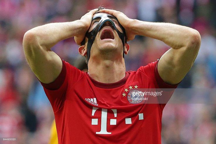 Samstag , 1. Bundesliga, Saison 2014/2015, 32. Spieltag , FC Bayern Muenchen - FC Augsburg,Enttaeuschung bei Robert Lewandowski (# 9, Bayern Muenchen) nach dem er eine Grosschance vergab