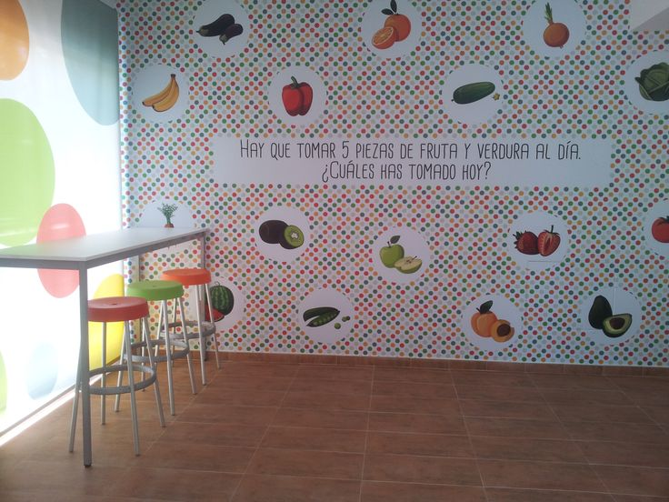 El área del comedor, está decorada con alegres vinilos.