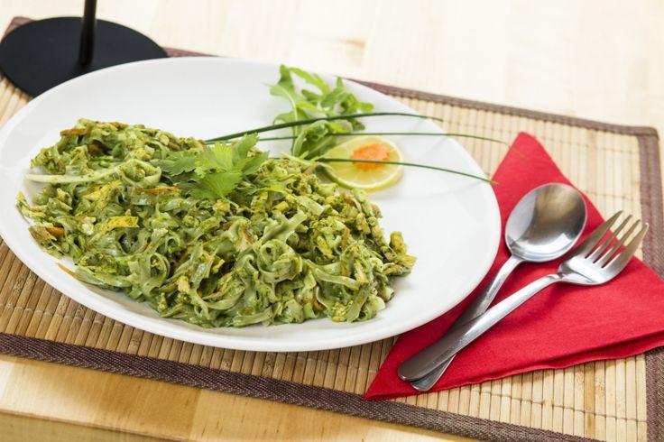 A spenótos Pad Thai egy általunk kikísérletezett étel, ami tartalmaz spenótot, fokhagymát, káposztát, sárgarépát, kókusztejet és tojásrántottát is.