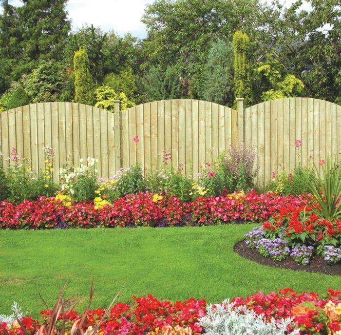 Elegant englischer Rasen rote gelbe und wei e Blumen ein gerundeter Zaun pflegeleichte Gartenpflanzen