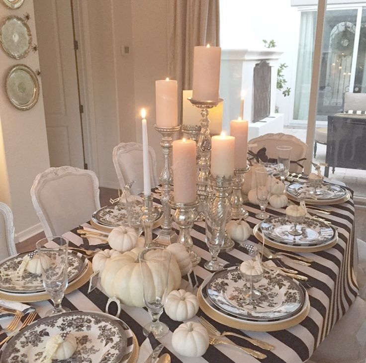 elegant black and white halloween table with white pumpkins  bandejas de prata na parede