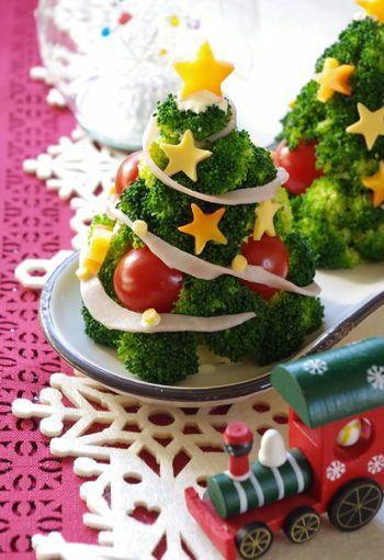 【メリークリスマス♪ツリーサラダ】 クリスマス感のある配色は赤・緑・黄色! 茹でたブロッコリーをツリーに見立てて、人参・チーズ・トマトを添えるだけで簡単に楽しいサラダのできあがりです。