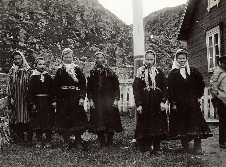 Piker/kvinner i samisk drakt. Øst-Finnmark 1909.