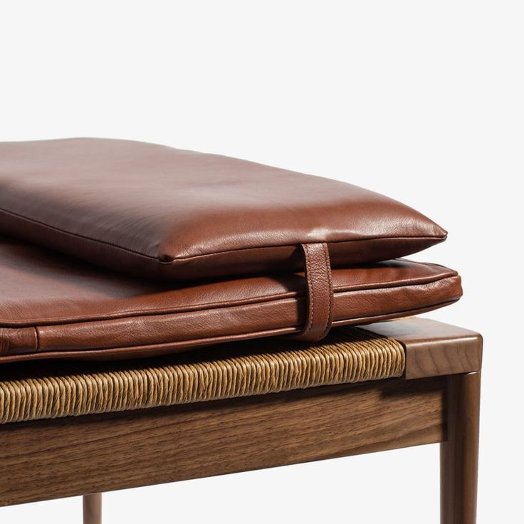 Smilow Furniture Rush And Walnut Daybed With Leather Cushion. Tagesbetten Kissen