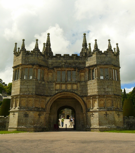 Lanhydrock gatehouse.  Lanhydrock estate belonged to the Augustinian priory of St Petroc at Bodmin but the Dissolution of the Monasteries during the 1530s saw it pass into private hands. In 1620 wealthy merchant Sir Richard Robartes acquired the estate and began building Lanhydrock House