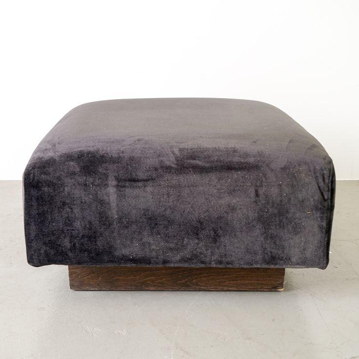 Der durchgängige dunkel gebeizte Holzsockel lässt das voluminöse Polster fast schweben. Der dunkle Samt als Obermaterial lässt den Hocker edel, sanft und zart glänzend erscheinen. Dadurch kann er jedes moderne, schlichte Interieur bereichern. Der Samt in seinem dunklen Farbton legt sich wie ein Kleidungsstoff weich-fliessend über unsere Haut.