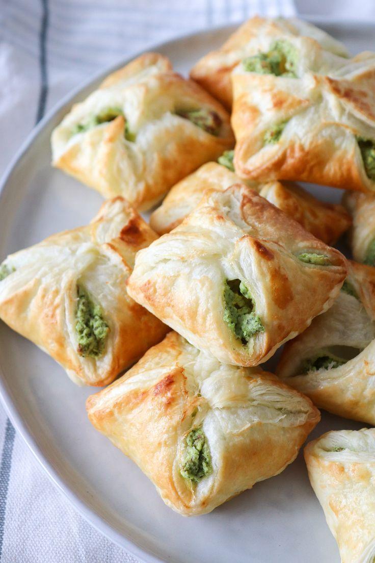 Sprøde butterdejspakker med grøn fetacreme. Det er den perfekt snack til familie og venner! De kan serveres kolde og varme og de er fryseegnet! Der er også hakkede mandler i, som giver en god sprød konsistens.