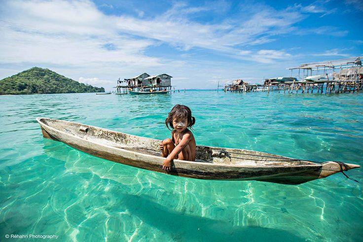 Los Bajau son conocidos como los 'gitanos del mar', ya que pasan la mayor parte de su vida en pequeñas embarcaciones o cabañas construidas sobre pilotes en las aguas turquesas confiando en su amplio conocimiento del océano para ganarse la vida mediante la pesca.