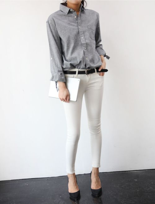 grey button down shirt, belt, skinny white jeans & black pumps #style #fashion