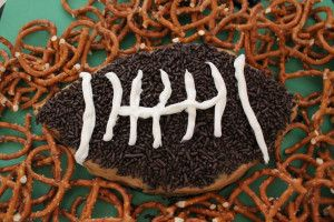 Football Season 2013 has begun!  Here are some of my favorite things to have ready for Football Sunday!  At the bottom of this post is the season schedule for the NY JETS, NY GIANTS and the BUFFALO BILLS Peanut Butter Chocolate Chip Dip  – Football Shape and many more