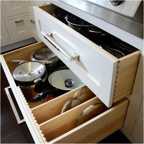 Gavetão embaixo do cooktop com divisórias móveis para tampas de panelas