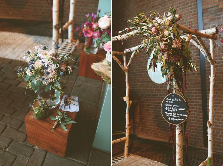 Marit van MK floral design is dol op bloemen, en dat zie je aan haar ontwerpen (hoe mooi is dit prieeltje?!). Het liefst werkt ze met duurzame producten van het seizoen. En dat vinden we ontzettend tof! // Foto: Anouk Fotografeert // Girls of honour