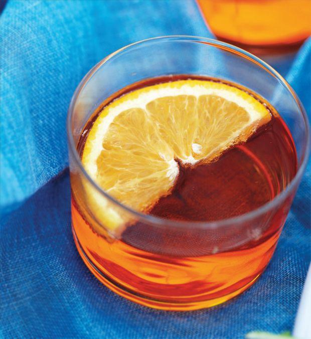 Aperol spritz er en af de nemmeste velkomstdrinks, du kan lave. Den er fin i farven og smagen er mild og frisk.