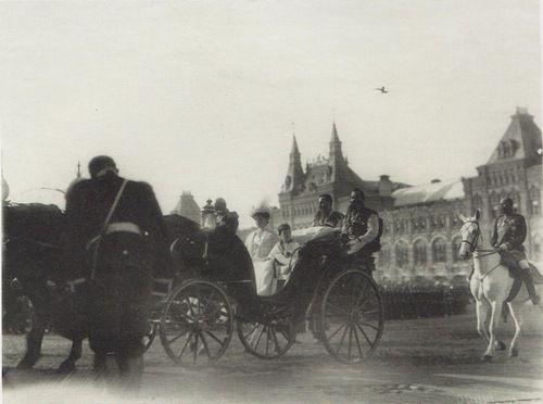 По штату при русском дворе было четверо или трое камер-казаков. В их обязанности входила круглосуточная охрана императрицы, сопровождение ее во время пеших прогулок, вояжей и выездов