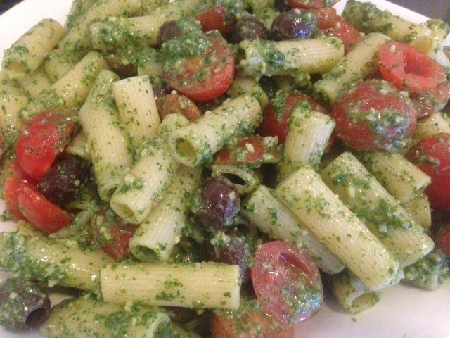 Pastasalat med oliven, cherrytomater og pesto