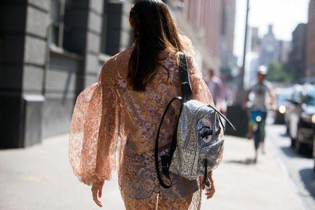 Maniche protagoniste Enormi, a palloncino, con riflessi dorati #nyfw #streetstyle