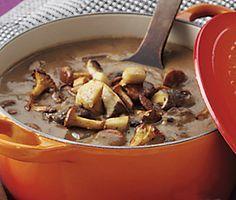 Ett matigt recept på utsökt marinerad viltgryta med svamp och ädelost. Du gör receptet av bland annat grytbitar av vilt, lök, palsternackor, vitlök, rödvin, enbär, skogssvamp och soja. Servera den härliga grytan med potatis.