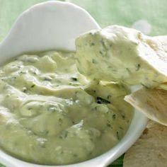Dip bij vieruurtje gezonde snack komkommer, peen, bleekselderij