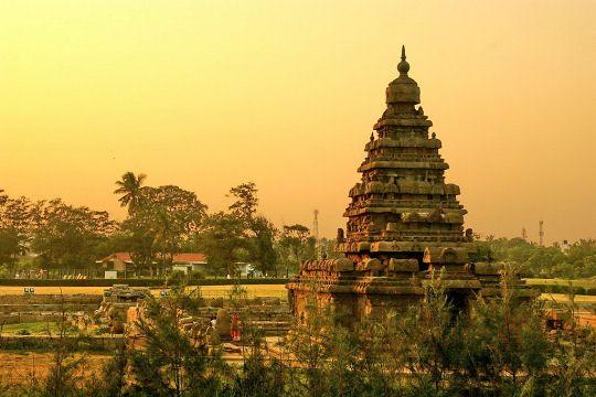 """Mahabalipuram, dans l'État de Tamil Nâdu, entre Pondichéry et Madras, est une ville de la dynastie chola où se trouve aussi le fameux """"temple de la mer"""" protégé par l'Unesco. Situé en bord de mer, il défie les lois de la nature en résistant aux intempéries et même au tsunami de 2004. Il fut construit au VIIe siècle pour être dédié à Shiva."""
