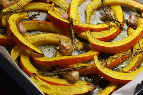 Pečená dýně Hokkaidó s medovo-česnekovou zálivkou, sýrem a brusinkami | Meg v kuchyni | Bloglovin'