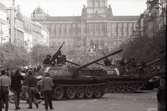 In 1968 vielen de legers van het Warschaupact (Polen, DDR, Hongarije, Bulgarije, en vooral de Sovjet-Unie) totaal onverwachts Tsjechoslowakije binnen. Het onvoorbereide land werd op een mum van tijd vermorzeld onder Sovjettanks, en er was geen gewapend verzet omdat Dubcek dat net na het begin van de invasie nog gevraagd had: hij was van mening dat de represailles tegen hem en het volk dan immens zouden zijn.