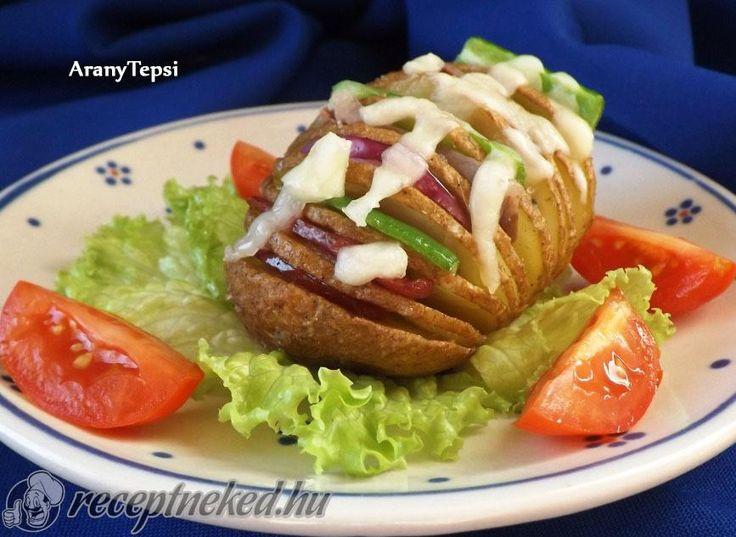 Hozzávalók: 8 nagyobb krumpli 1 nagy fej lila hagyma 1 kis szál cserkész kolbász kb. 6 dkg húsos szalonna 1 nagyobb zöldpaprika 2 ek olaj 0,5 kk só 1 nagy