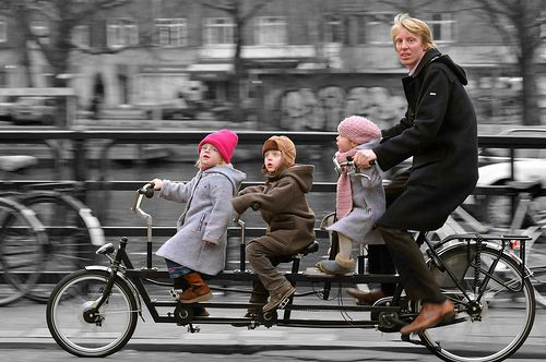 ♂ An Amsterdam family takes the cargo bicycle instead of the minivan. Photo by Marc van Woudenberg.