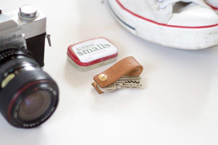 Schlüsselanhänger aus Leder als Alternative zum Lanyard - das perfekte Geschenk für Männer, auf dem Bild kombiniert mit Minolta Kamera, Altoids und Converse White Chucks