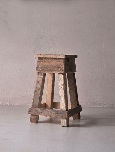 Interior design recupero lo sgabello nano viene realizzato con legno di recupero e' un oggetto che nella sua semplicità può essere utilizzato in più modi, seduta, piano da appoggio, comodini, ecc. mantenendo un suo aspetto SESTINI E CORTI