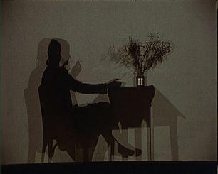 Documentário Pelas Sombras. Um retrato de Lourdes de Castro segundo Catarina Mourão Pelas sombras, o novo filme de Catarina Mourão, abre-nos a casa, o jardim, o quotidiano e a arte de ser Lourdes de Castro.