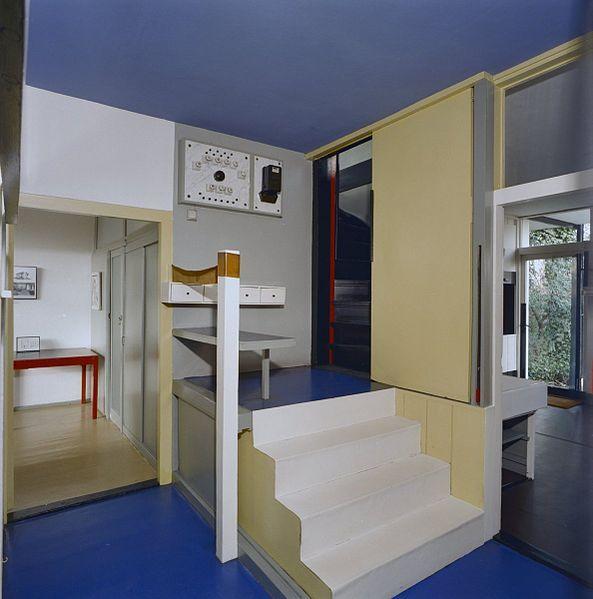 Rietveld-Schröderhuis. Interieur, bordes in de hal met de zitgelegenheid bij de (vroegere) telefoon. Links deur naar atelier.