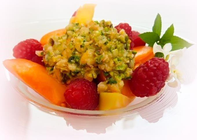 Pesto dolce agli agrumi - Una salsa dolce a base di frutta secca, agrumi e basilico. Anarona, che ce la suggerisce, la trova perfetta per insaporire la frutta, il gelato, la panna cotta, insomma, un vero jolly in cucina.