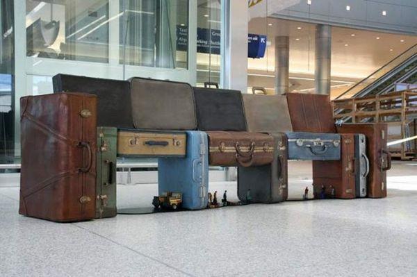 FUN!! Deze bank op een luchthaven is gemaakt van zoekgeraakte reiskoffers.