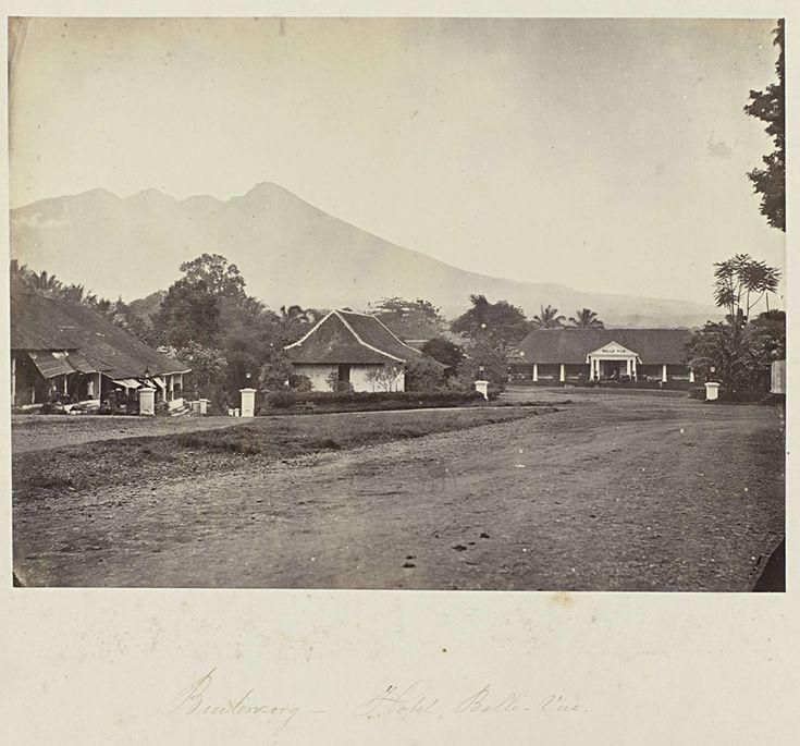Woodbury & Page | Buitenzorg - Hotel Belle-Vue, Woodbury & Page, 1863 - 1869 | Gezicht op Hotel Belle-Vue in Buitenzorg. Onderdeel van het groene fotoalbum met foto's van Java, uit het bezit van apotheker Specht-Grijp, die in 1865 vanuit Batavia naar Nederland terugkeerde.