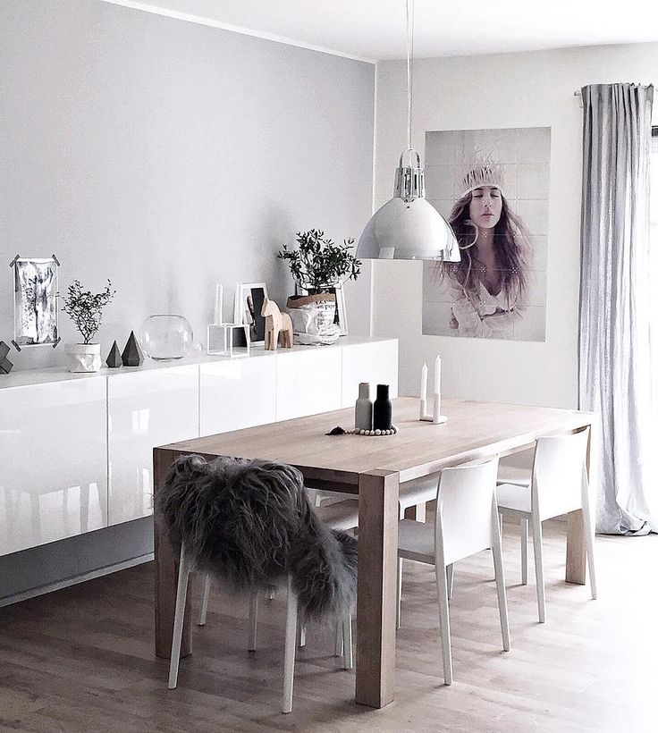 Jadalnia w bieli i szarości z drewnianym stołem