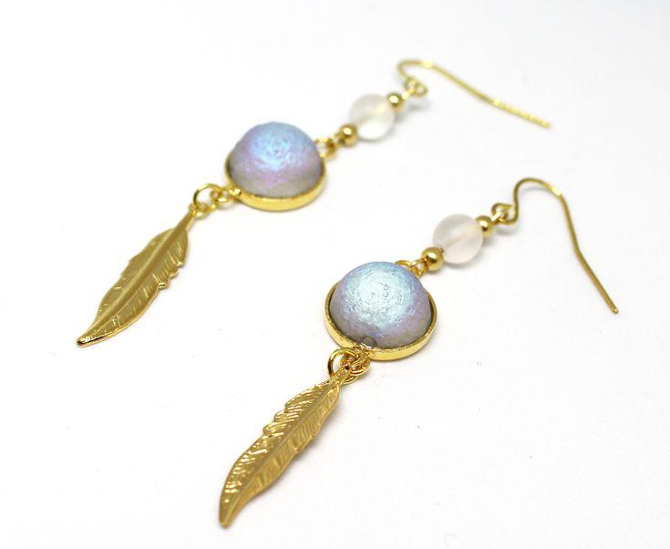 Boucles d'oreilles attrape la lune avec ces magnifiques perles néon sous forme de dôme 12x7 mm. Elles sont complétées par des perles billes néon et des plumes dorées, le tout sur un support doré. Elles sont très élégantes et raffinées. Leu longueur est de 6,5 cm.