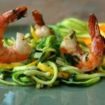 Lekker en gezond: spaghetti van gele en groene courgette of courgetti met scampi en pesto. Het werd door iedereen enorm gesmaakt.