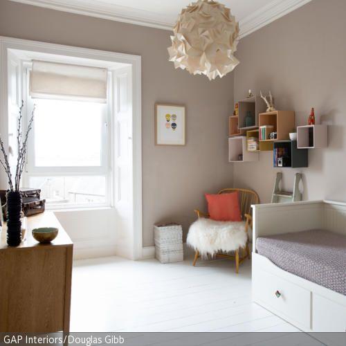 Der Korbsessel in diesem gemütlichen Schlafzimmer bietet einen willkommen Rückzugsort zum Entspannen – besonders gemütlich wird er durch das Schaffell auf  …