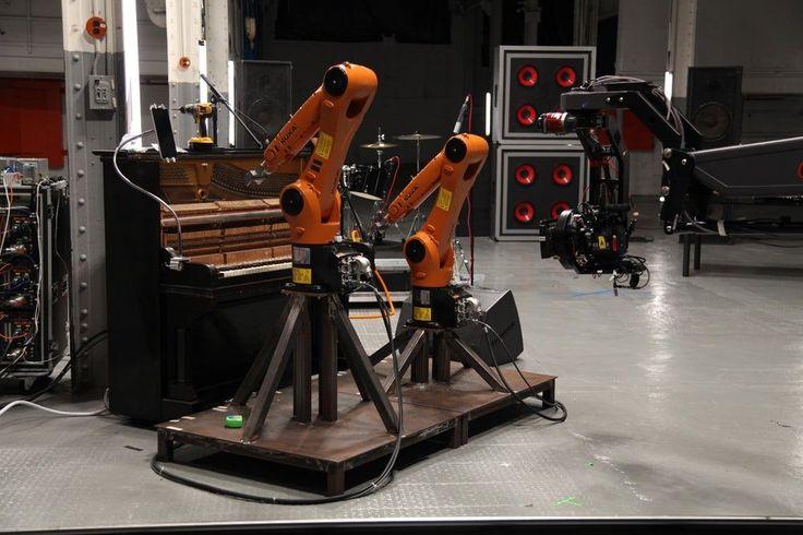 Промышленные роботы, использующиеся на заводах, имеют больше применений, чем может показаться на первый взгляд. Например, можно запрограммировать их играть на музыкальных инструментах и организовать музыкальную группу.  Именно так и поступил житель Новой Зеландии Найджел Стэнфорд. Он научил роботов для промышленной сборки играть на барабанах, гитаре, пианино и даже позволил им освоить диджейский пульт.