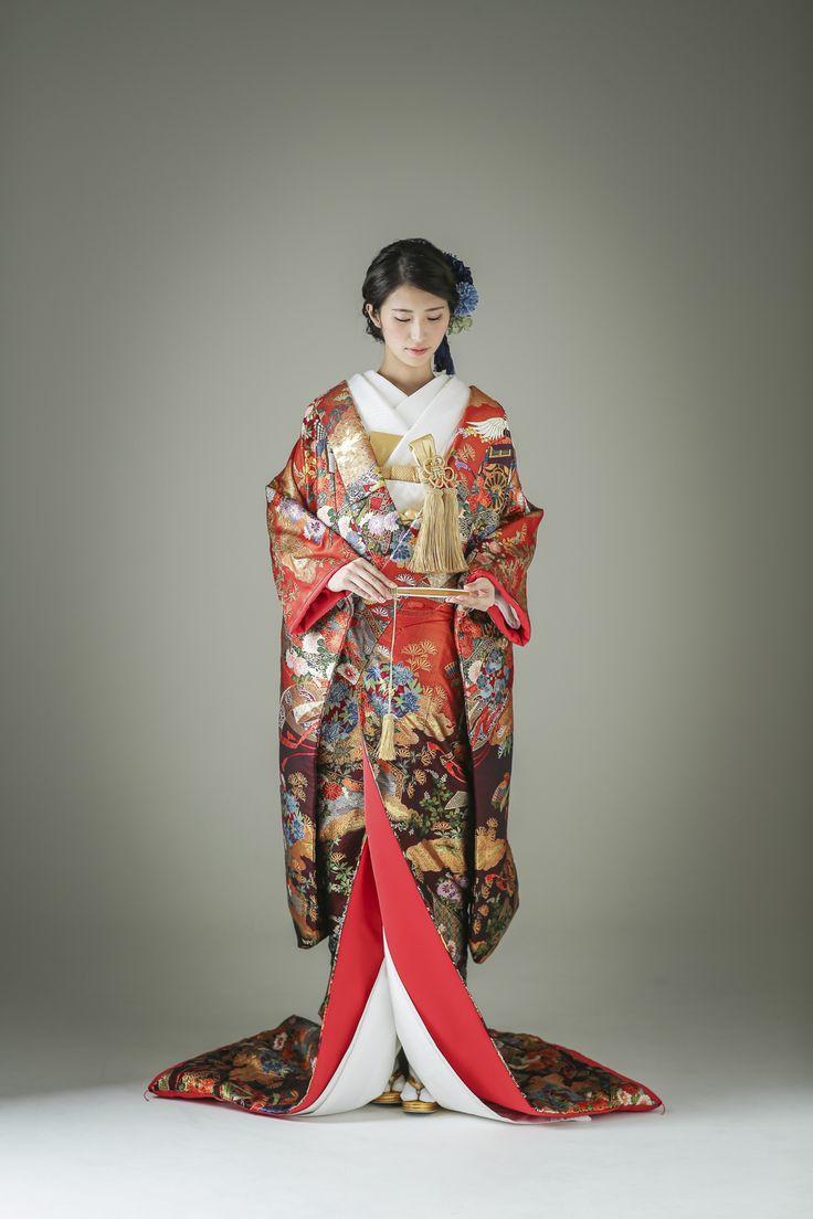 吉祥模様の象徴ともいえる鶴や松をはじめ、たくさんの幸せを招きますようにと願いを込め、花を積んだ美しい花車など、縁起の良い模様を贅沢に取り入れました。使われる色は多彩でありながら、その配色は華やかで、上品さが際立ちます。 古典柄/大人/ゴージャス 鶴/熨斗/牡丹文をあしらった色打掛 熨斗目鶴暈し 黒/赤 白無垢・色打掛をはじめとした結婚式の花嫁衣装を、格安でレンタルできる結婚式着物レンタル専門店【THE KIMONO SHOP−ザ・キモノショップ】古典的な着物や引振袖・紋付袴など婚礼衣装を幅広く取り揃えております【新宿・東京・大阪・福岡】