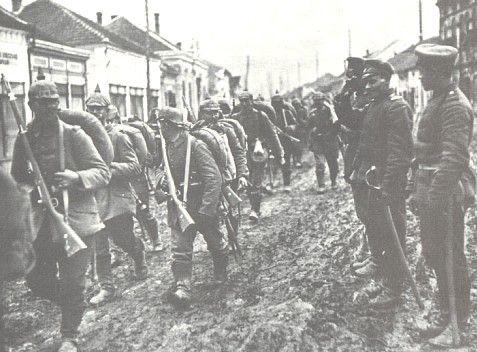 belgrado = de eerste aanslag Precies een maand na de moordaanslag op Franz ferdinand heeft Oostenrijk-Hongarije de oorlog verklaard aan Servië. Een dag later viel de eertse bom op Belgrado. Dit was het begin van een lange oorlog.