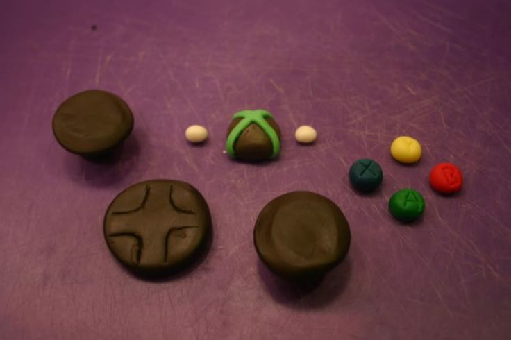 Remember that post on fondant? Last week it was my friend Matt's birthday. He plays Xbox games constantly. Therefore, I decided to try and make an Xbox 360 controller using cake, frosting, an…