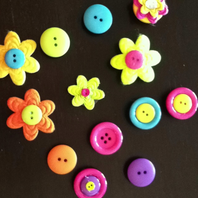Easy Cheap Mothers Day gifts....button magnets!!!  So cute. All you need is buttons, hot glue and magnets...and anything you want to decorate them.