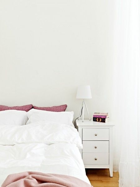 Bedside table: Dreams Bedrooms, Small Apartment, Simple Bedrooms, Bedrooms Spaces, White Bedrooms, Master Bedrooms, Bedside Tables, Bedrooms Harmony, Ikea Bedrooms