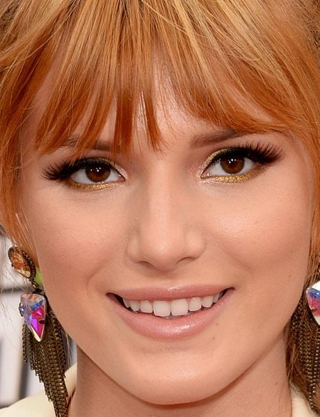 Quer um make glam? Este de Bella Thorne é perfeito: sombra dourada aplicada na raiz do cílios superiores e inferiores, ponto de luz no canto interno do olho e cílios postiços.
