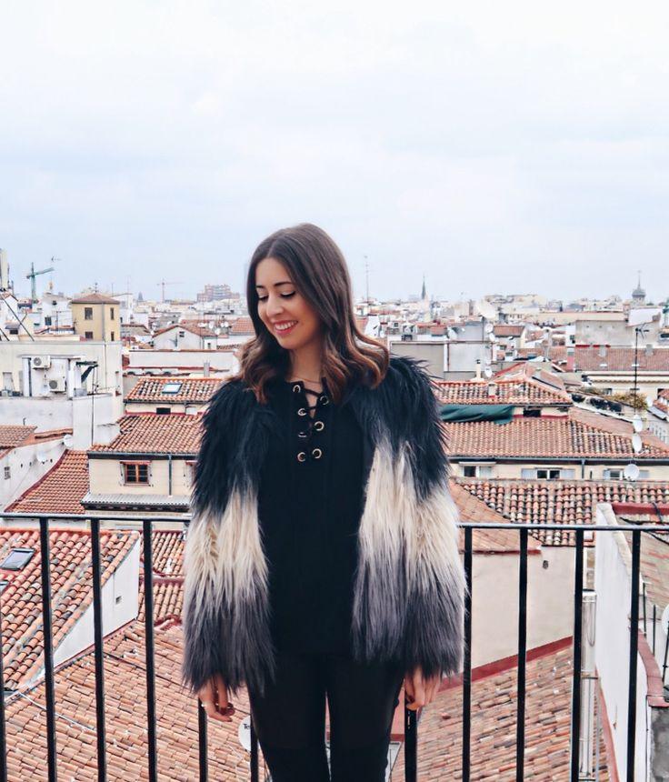 midilema.com | 10 Radio | Lucía Peris is wearing faux fur multicolor coat, black lace up front sweater, and black jeans. // Lucía Peris lleva abrigo de pelo sintético multicolor, jersey negro con cordones en el escote, y pantalones vaqueros negros.