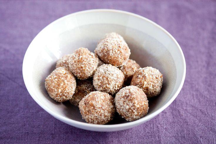 Domowe, trufle jabłkowe na bazie płatków owsianych i migdałów. Zdrowe słodzycze o smaku szarlotki.