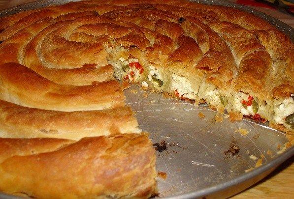 Οι στριφτές πίτες είναι οι αγαπημένες μου. Εννοείται βεβαίως με χωριάτικο φύλλο ανοιγμένο από τα χεράκια μου. Μια από αυτές είναι και η πιπερόπιτα. Είχα ακούσει τη συνταγή για κανονική πίτα ταψιού, αλλά αποφάσισα να την προσαρμόσω στο …στριφτό της. Ορίστε λοιπόν: ΥΛΙΚΑ 7-8 φύλλα ανοιγμένα στο χέρι ½ κιλό φέτα ¼ ανθότυρο 2-3 αυγά …
