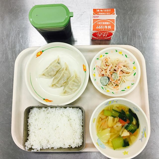 Qué comen los niños en las escuelas de todo el mundo 蒸し餃子 白い春雨サラダ(マヨネーズ和え) エビとチンゲンサイのスープ #給食 #学校給食 #小学校 #お昼ごはん #ランチ #lunch #lunchtime #schoollunch #japaneselunch #food #foodpic #foodstagram #healthyfood